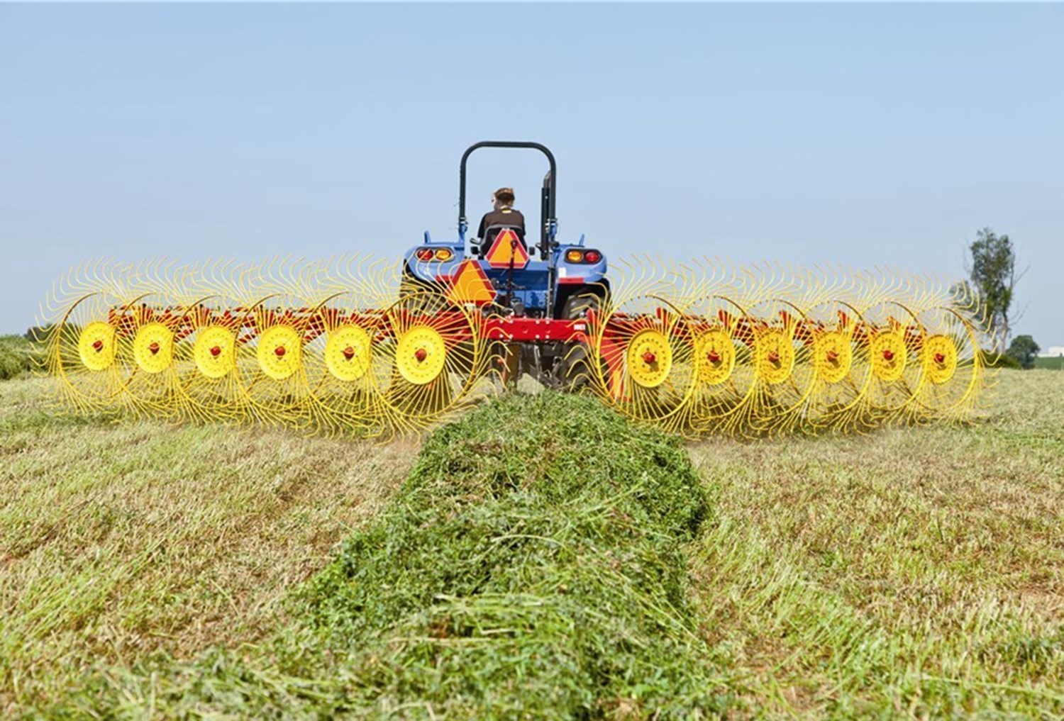 NEW HOLLAND PROCART™ DELUXE CARTED WHEEL RAKE SERIES: